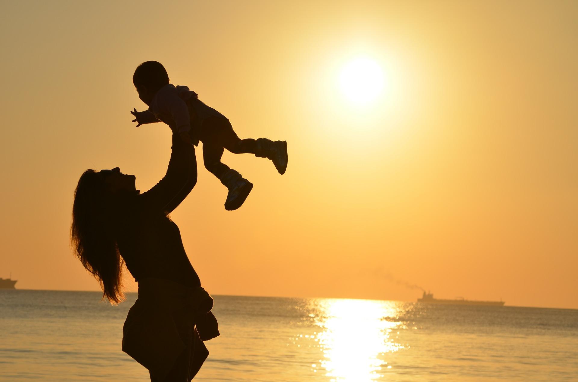 Las españolas tienes menos hijos de los que desearían por razones laborales, económicas y la dificultad para conciliar