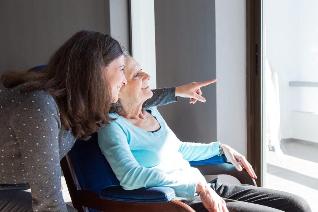 anciana mirando ventana